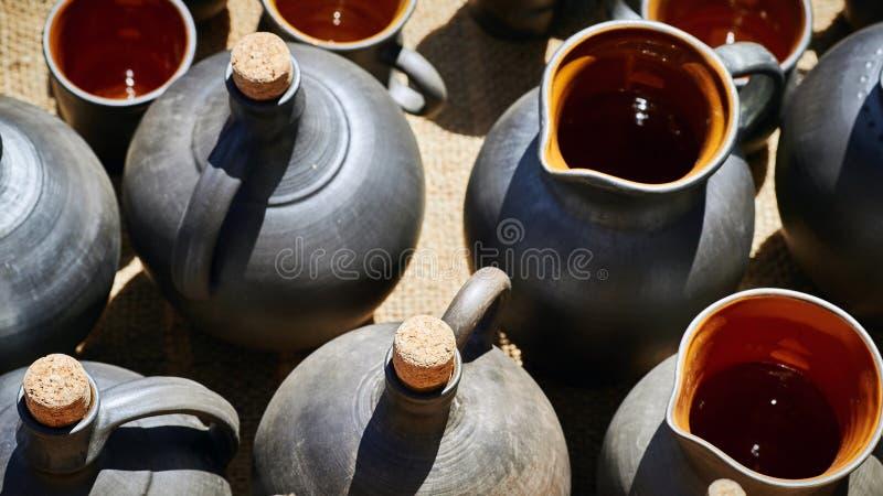 Een reeks kruiken, flessen en potten voor wijn of olie stock afbeelding