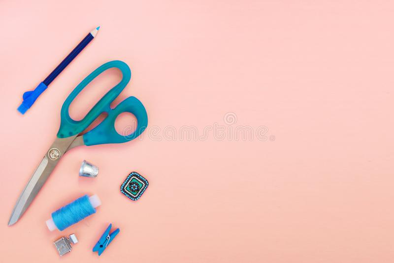 Een reeks toebehoren en hulpmiddelen om met een lege plaats voor de inschrijving te naaien stock afbeelding