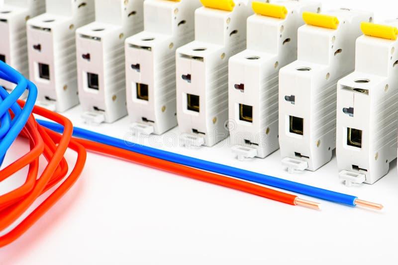 Een reeks toebehoren voor de installatie van elektro bedradingshuizen Het concept van de elektriciteitsindustrie stock foto