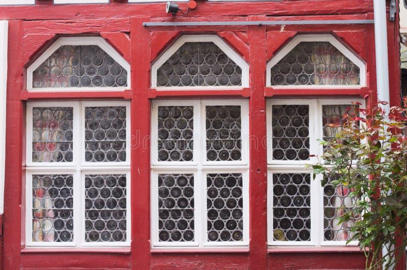 Een reeks van drie rode vensters Cochem, Duitsland stock afbeelding