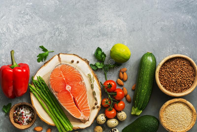 Een reeks van gezond evenwichtig voedsel, de zalm van het vissenlapje vlees, boekweit, quinoa, groenten, kwartelseieren, avocado, stock afbeelding