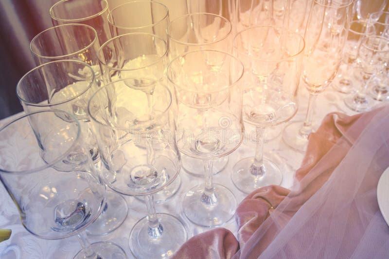 Een reeks van glas van huwelijk die met bestek plaatsen Lijst die voor een van het gebeurtenispartij of huwelijk ontvangst wordt  stock foto's