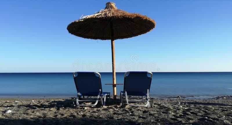 Een reeks van ligstoel door het overzees royalty-vrije stock foto