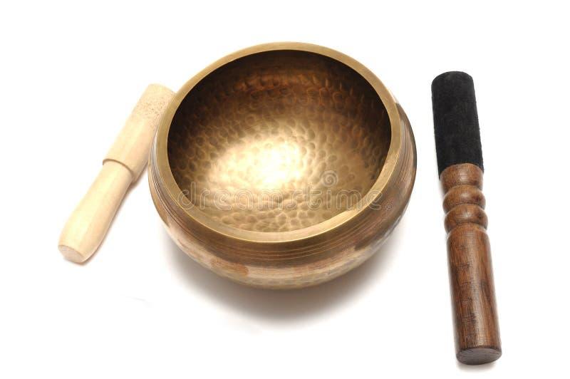 Een reeks van messings met de hand gemaakte Tibetaanse zingende kom met houten strikers stock afbeelding