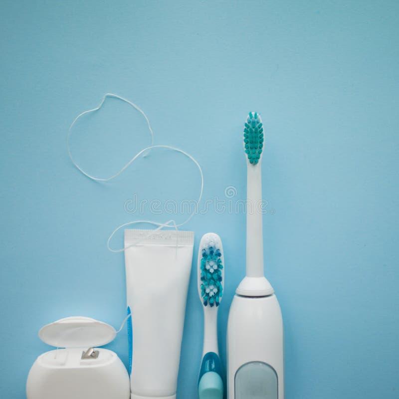 Een reeks van sonische tandenborstel, tandzijde en tandpasta stock foto