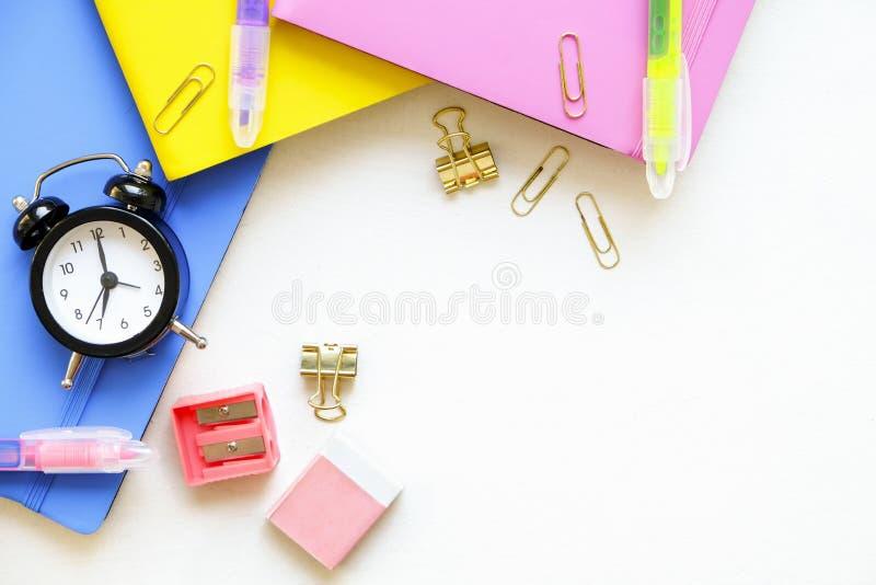 Een reeks van verschillende schoollevering, roze, blauwe en gele kleur Hoogste mening, exemplaarruimte royalty-vrije stock fotografie
