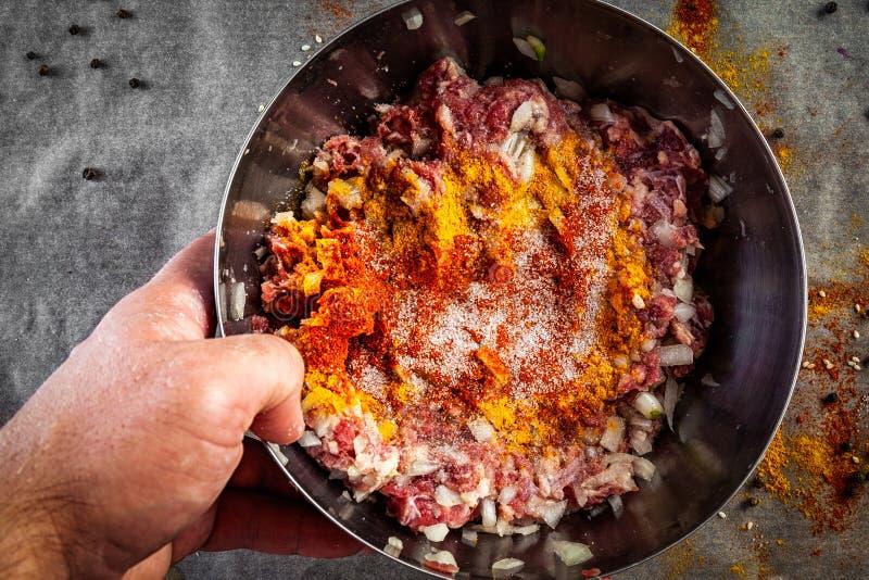 Een reeks verse ingrediënten voor het koken van rundergehakt stock foto's
