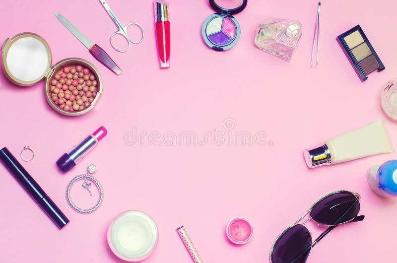 Een reeks vrouwelijke schoonheidsmiddelen, manier, stijl, toebehoren, glamour, elegantie De hoogste meningsvlakte lag royalty-vrije stock afbeelding