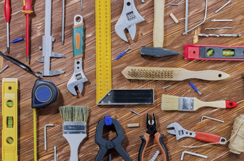 Een reeks werkende hulpmiddelen om huishoudenkarweien te doen stock foto's