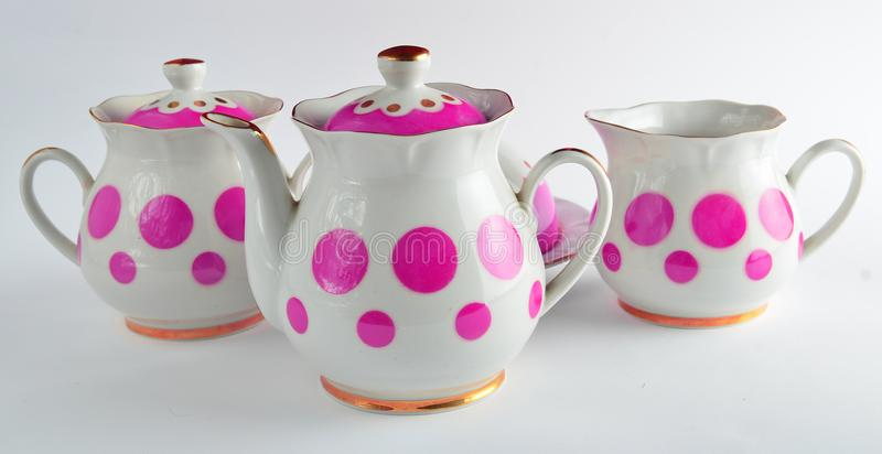 Een reeks zeldzame ceramische theepotten, suikerkommen op een witte achtergrond stock foto's