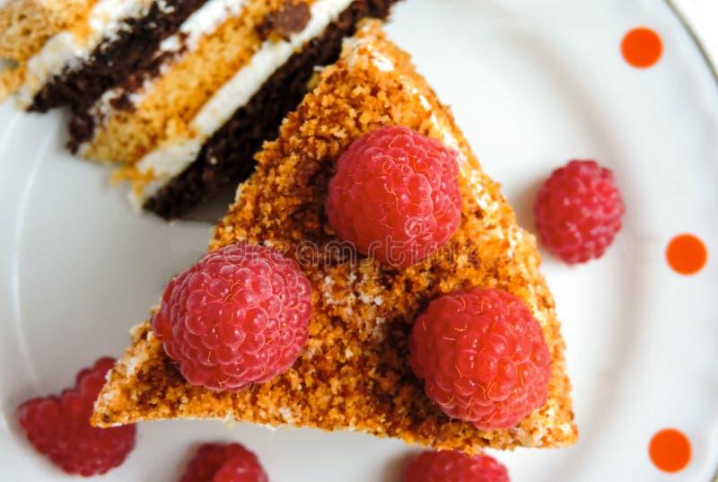 Een reepje van verse cake met rode frambozen Dessert voor thee Frambozencake en vele verse frambozen stock afbeelding