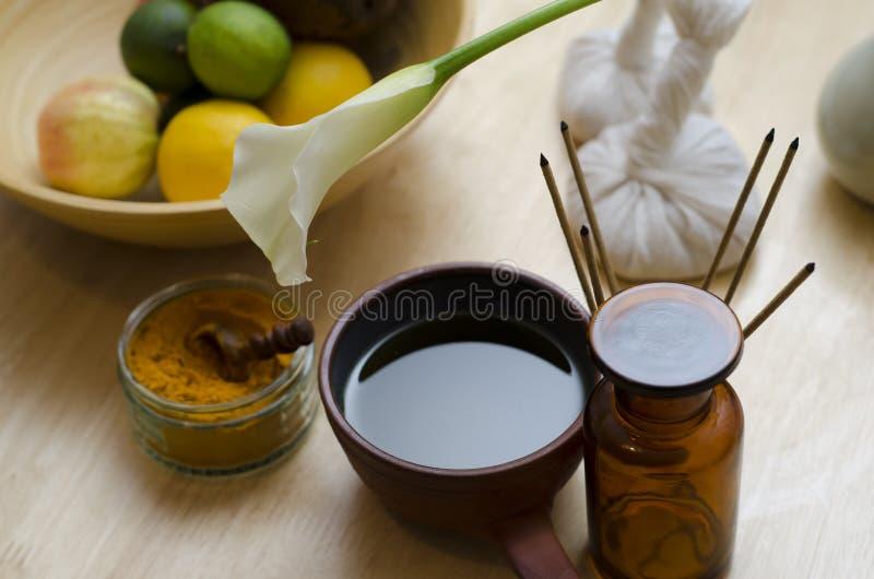 Een regeling van kruid, olie en het masseren van hulpmiddelen in Ayurved worden gebruikt die stock fotografie
