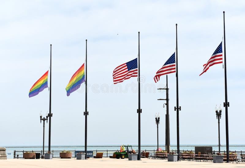 Een regenboog markeert en vlaggen van de V.S. in Chicago, de V.S. royalty-vrije stock fotografie