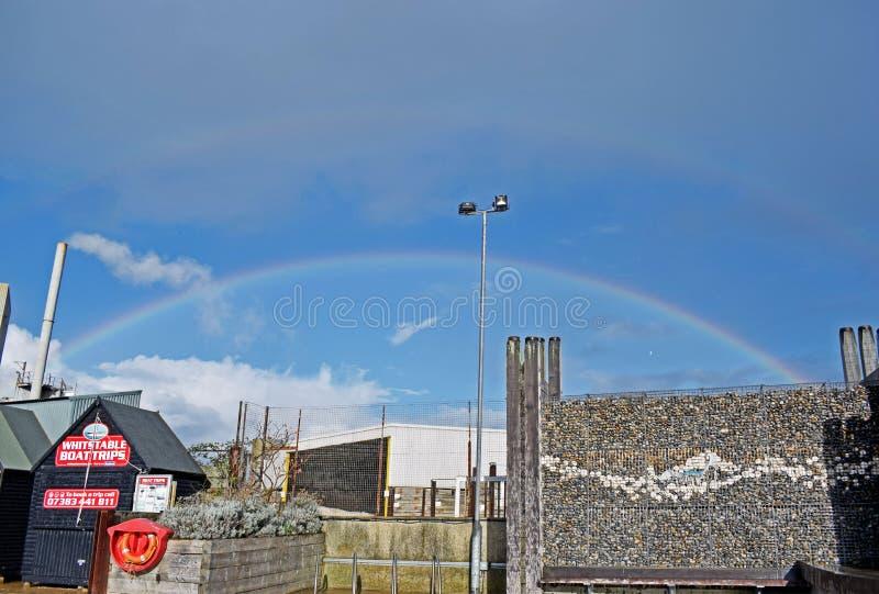 Een regenboog over de hemel in Kent England stock foto