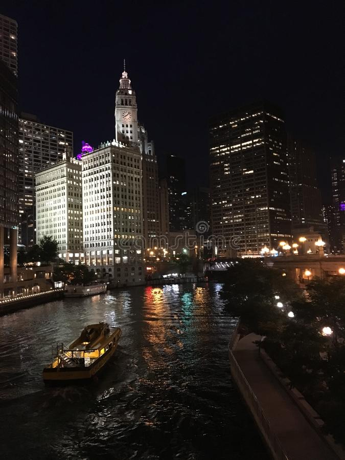 Een reisboot langs de Rivier van Chicago stock foto's