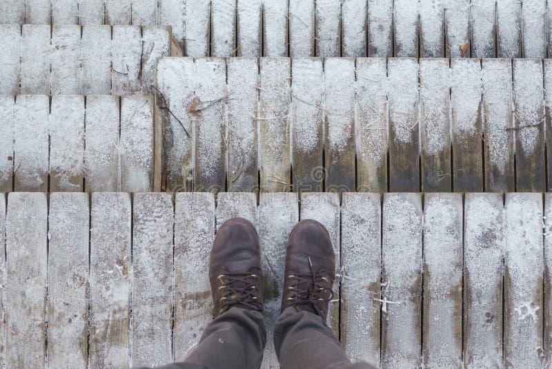 Een reiziger is aan de wildernis op hooggebergte te komen van plan de eerste sneeuw van het jaar ontmoeten stock afbeeldingen