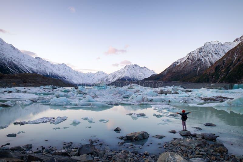 Een reiziger die de ijsbergen en de sneeuwbergen Nieuw Zeeland bekijken stock foto's