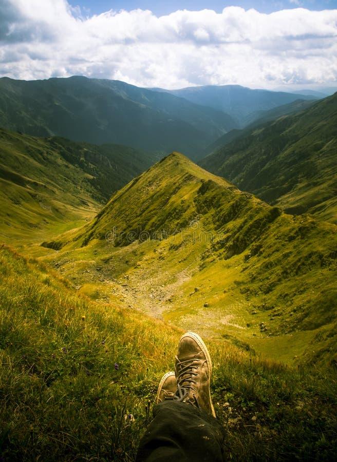 Een reiziger die in een berglandschap rusten in Karpatische bergen royalty-vrije stock fotografie