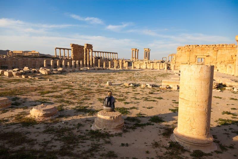 Een reiziger staart bij de oude ruïnes van Palmyra, Syrië royalty-vrije stock fotografie