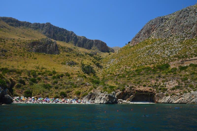 Een rek van de Siciliaanse kust in een prachtig landschap stock fotografie