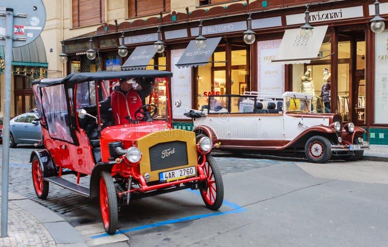 Een retro auto op de straat in Praag De auto's worden gebruikt voor toeristenexcursies in Praguepublic royalty-vrije stock fotografie