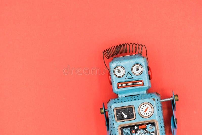 een retro geïsoleerd stuk speelgoed van de tinrobot stock afbeeldingen