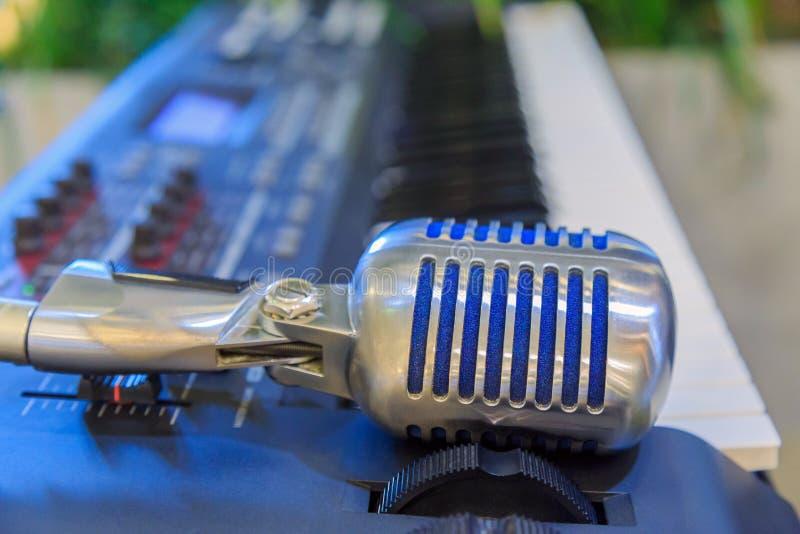 Een retro vormmicrofoon op het elektronische toetsenbord stock fotografie