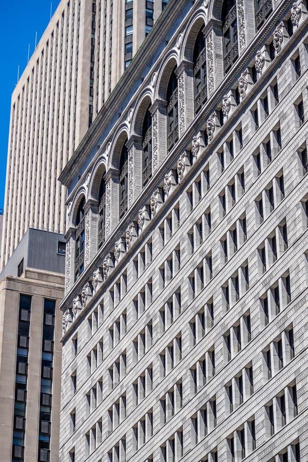 Een reusachtig commercieel gebouw in Chicago, Illinois stock foto's