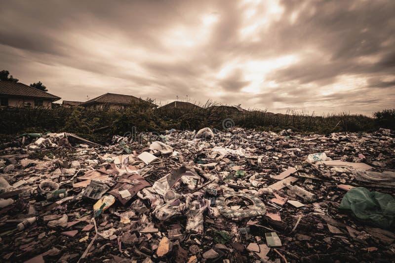 Een reusachtige hoeveelheid afval van de huizen en de industriële fabrieken die zonder bewustzijn werden verlaten Huisvuilstortpl royalty-vrije stock fotografie