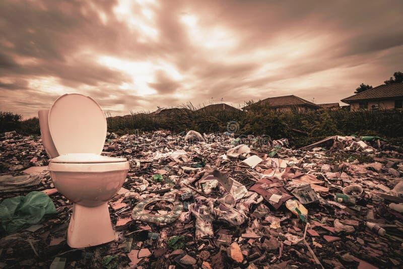Een reusachtige hoeveelheid afval van de huizen en de industriële fabrieken die zonder bewustzijn werden verlaten Huisvuilstortpl stock foto's
