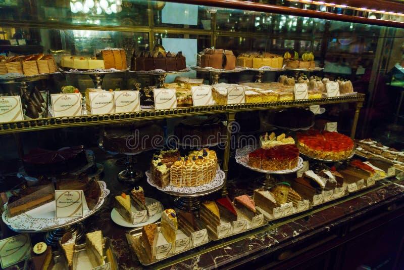 Een reusachtige selectie van cakes, gebakjes en andere snoepjes van famo royalty-vrije stock afbeeldingen