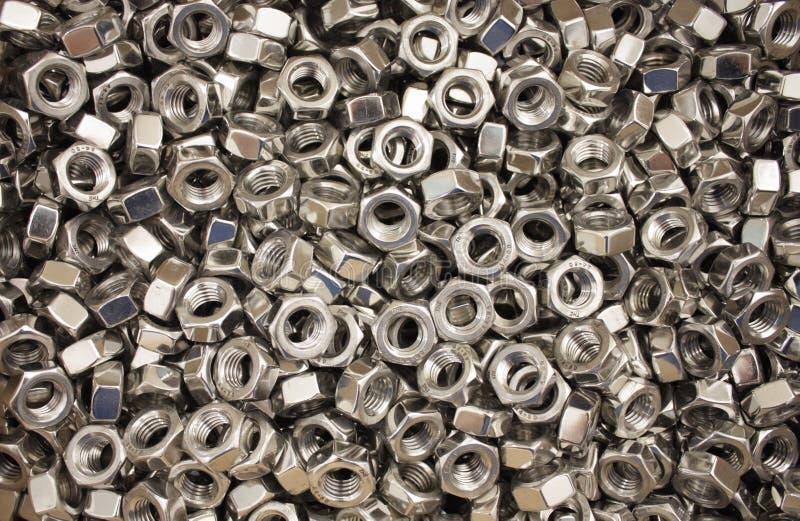 Een reusachtige stapel van metaalnoten