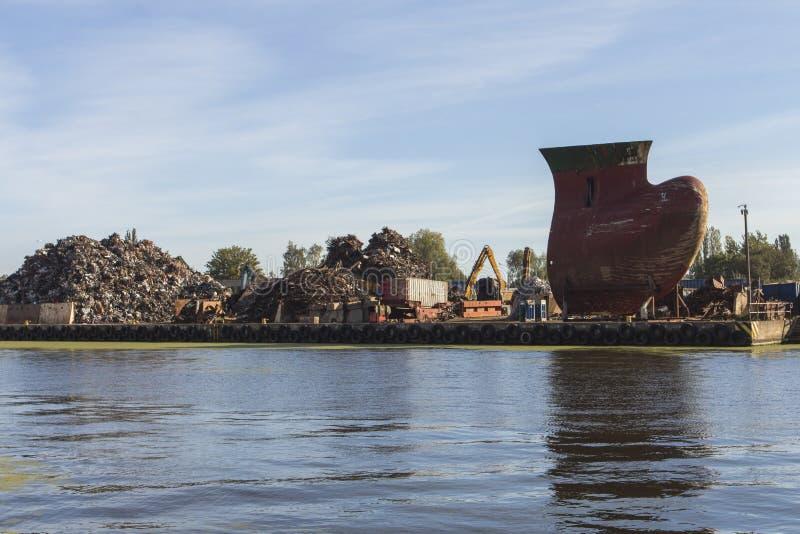 Een reusachtige stapel van metaalschroot en een gigantisch metaal Kiel in de haven van Gdansk polen stock afbeeldingen