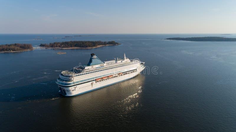 Een reusachtige veerboot die in Oostzee dichtbij Helsinki bij zonsondergang reizen, Finland royalty-vrije stock fotografie