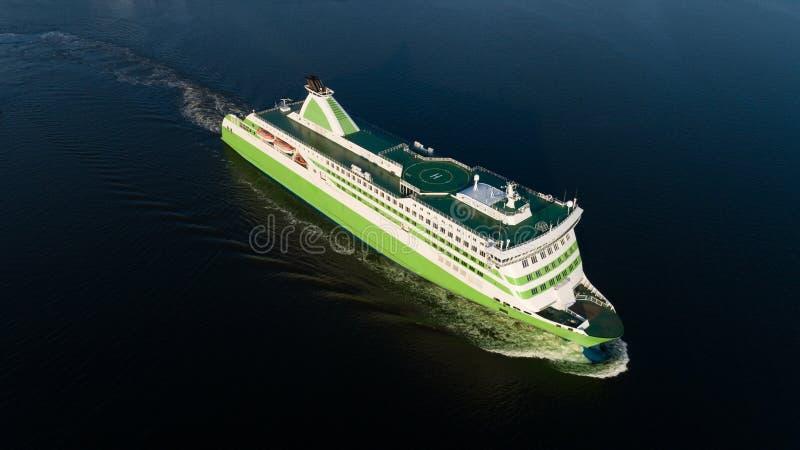 Een reusachtige veerboot die in Oostzee dichtbij Helsinki, Finland reizen royalty-vrije stock afbeeldingen