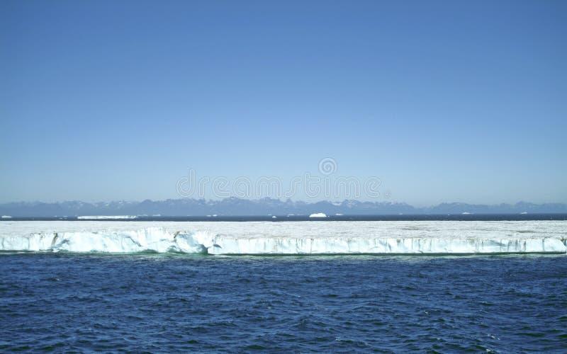 Een reuzelijstijsberg van het zuidelijke uiteinde van Groenland stock afbeeldingen