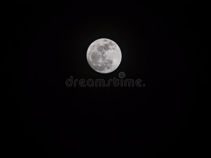 Een reuzevolle maan van supermoonfenomeen waar de maan is of stock foto