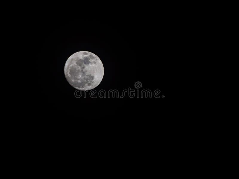 Een reuzevolle maan van supermoonfenomeen waar de maan is of royalty-vrije stock afbeelding