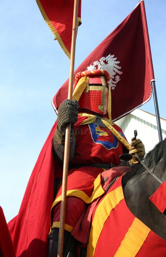 Een ridder die tijdens middeleeuwse week in Zweden paradeert stock foto