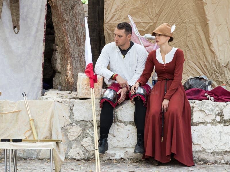 Een ridder met een mooie dame rust tussen strijden bij het festival ` de Ridders van Jeruzalem ` in Jeruzalem, Israël royalty-vrije stock afbeeldingen