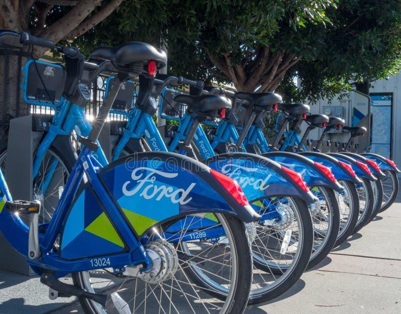 Een rij van Ford GoBikes buiten de Caltrain-post stock foto's