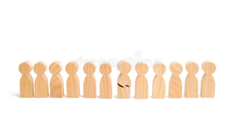 Een rij van houten mensen en een gebroken cijfer van een persoon onder hen Het concept een zwakke verbinding Gaf niet aan verwach stock fotografie