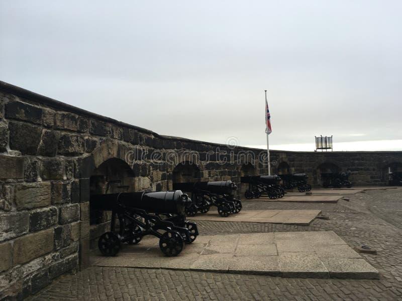 Een rij van kanonnen die het kasteel beschermen royalty-vrije stock afbeeldingen