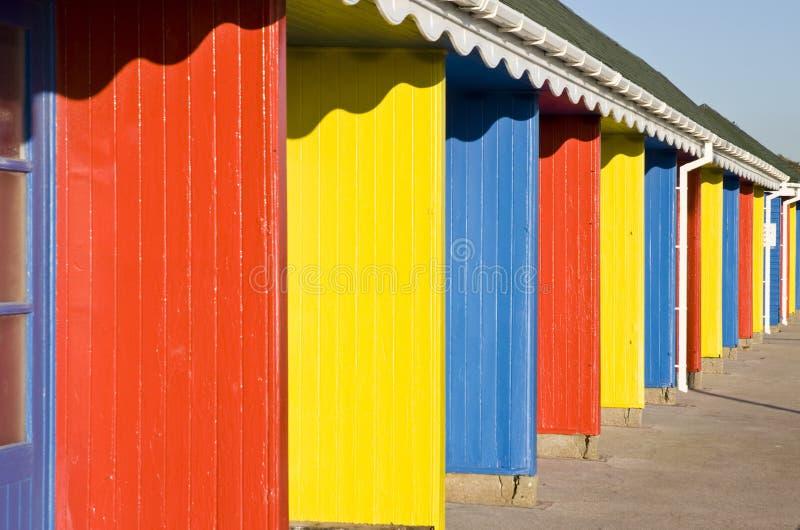 Een rij van kleurrijke strandhutten. stock afbeelding