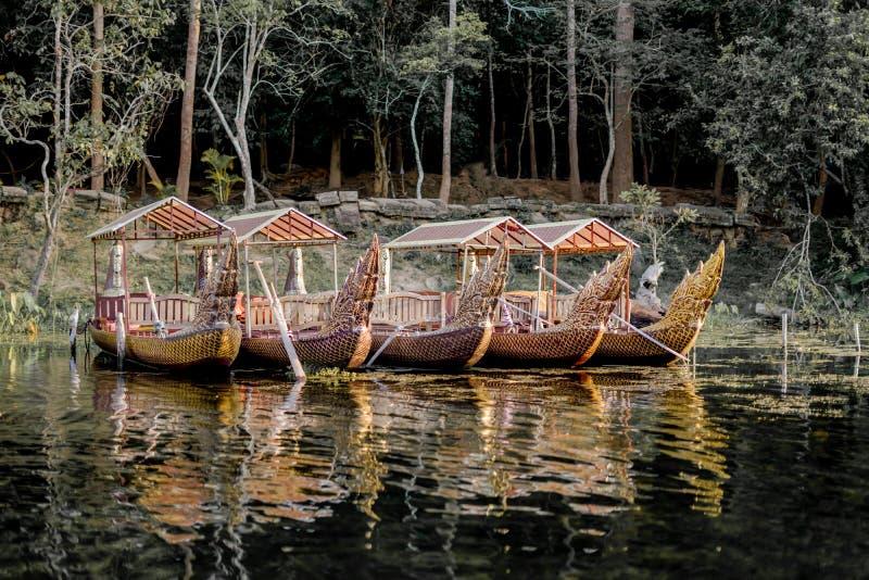 Een rij van koninklijke koningsboot in de rivier stock afbeeldingen