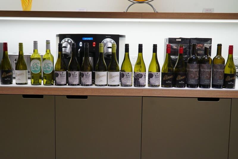 Een rij van lege wijnflessen royalty-vrije stock afbeeldingen