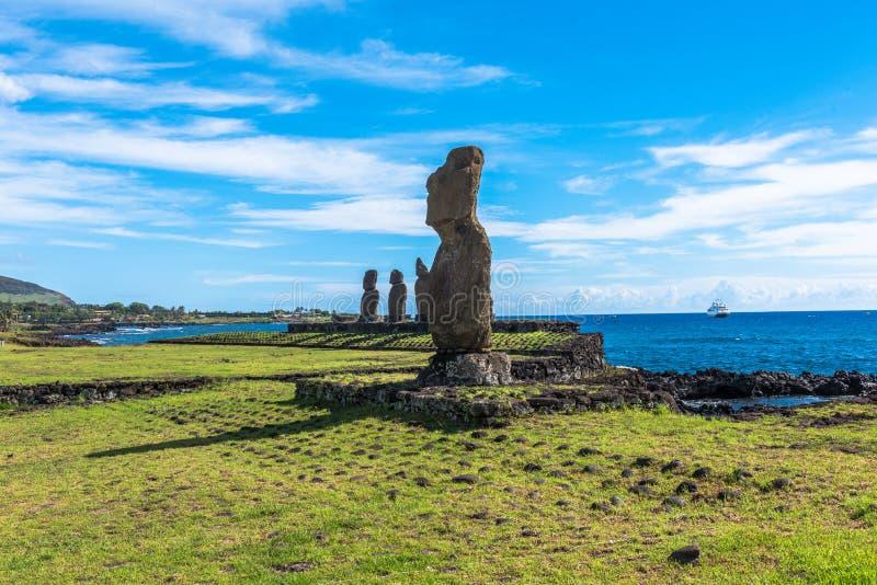 Een rij van Moai-standbeelden stock fotografie