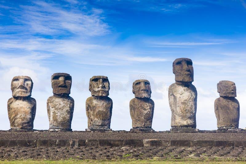 Een rij van Moai-standbeelden stock foto's