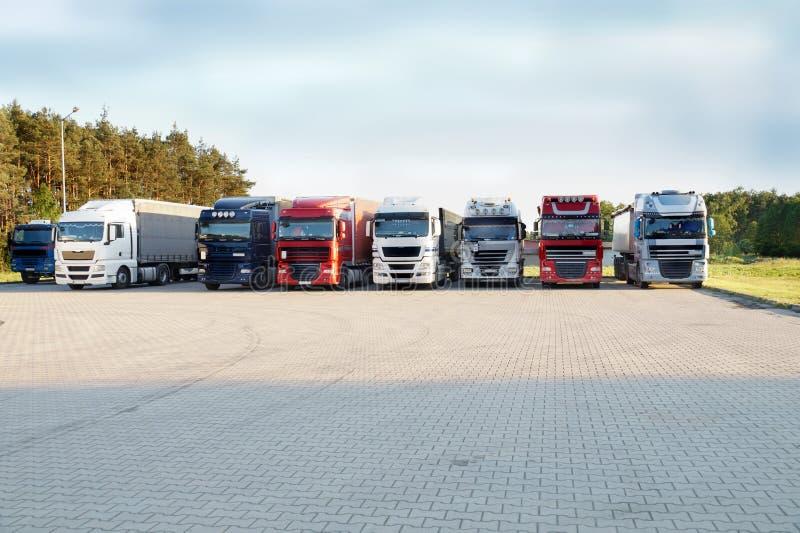 Een rij van multicolored vrachtwagens op een rust einde royalty-vrije stock foto