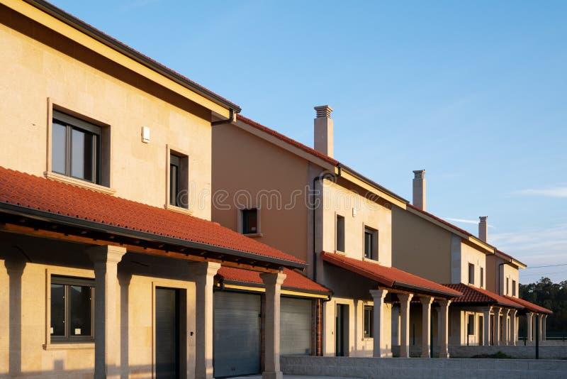 Een rij van nieuwe huizen in de stad of flats royalty-vrije stock afbeelding